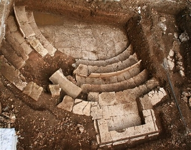 Greek archaeologists unearth rich tomb