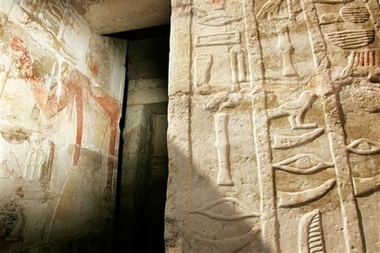 Thieves Lead to Discovery of Egyptian Tombs